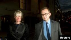 """Mantan editor """"News of the World"""" Andy Coulson (kanan) meninggalkan gedung pengadilan Old Bailey di London (30/10)."""