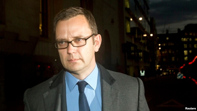 Former News of the World editor Andy Coulson (R) leaves the Old Bailey courthouse in London, England, Oct. 30, 2013.