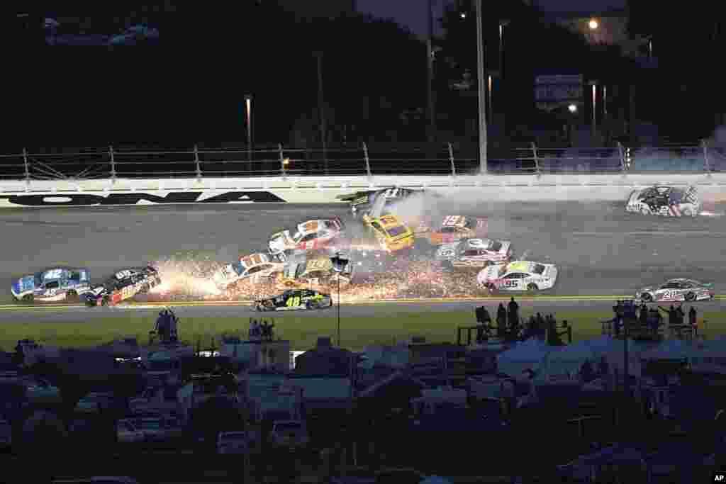 ក្រុមកីឡាករប្រណាំងរថយន្តបានបុកគ្នានៅក្នុងចំណុច Turn 3 ក្នុងពេលប្រកួត NASCAR Cup Series នៅទីលានប្រណាំងរថយន្តអន្តរជាតិ Daytona ក្នុងរដ្ឋ Florida សហរដ្ឋអាមេរិក កាលពីថ្ងៃទី៧ ខែកក្កដា ឆ្នាំ២០១៨។
