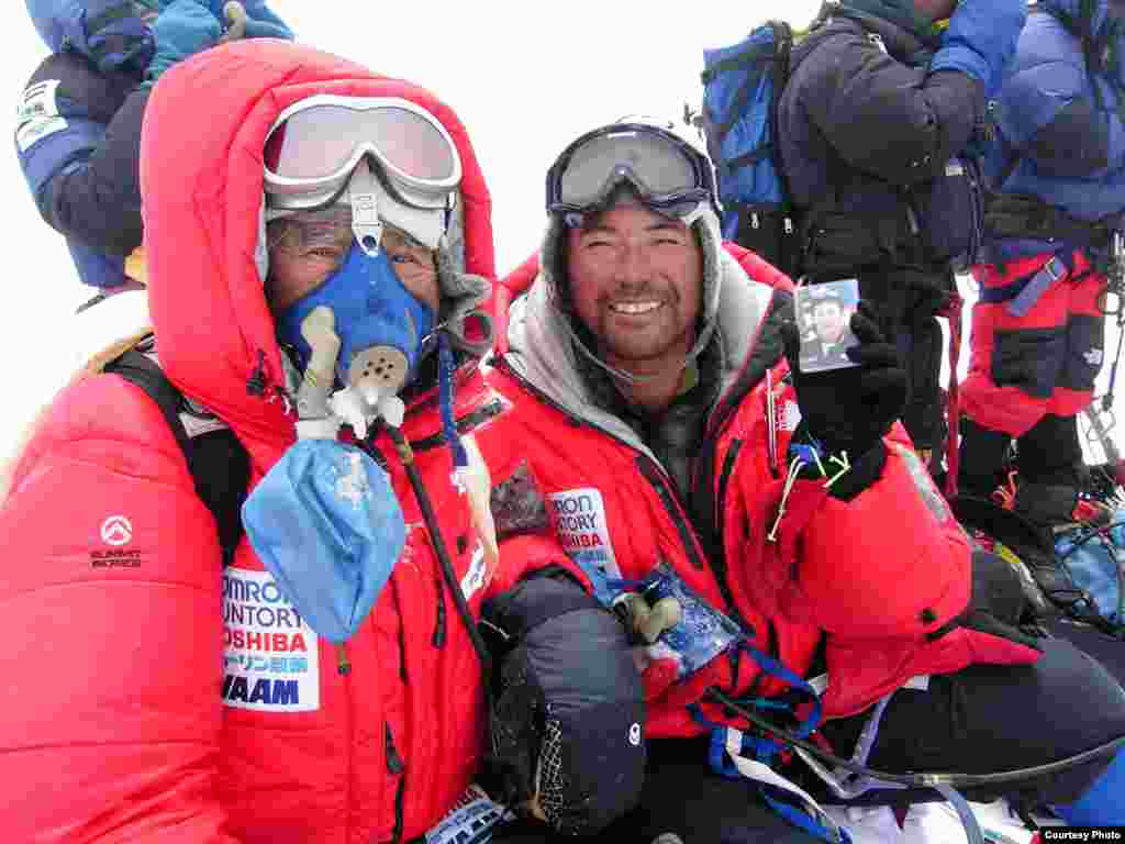 Yuichiro Miura and his son, Gota Miura, at the Mount Everest summit, May 22, 2003. (Miura Dolphins)