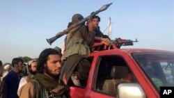 افغان طالبان صوبے ننگرہار میں ایک گاڑی پر سوار پیش قدمی کر رہے ہیں۔ جون 2018