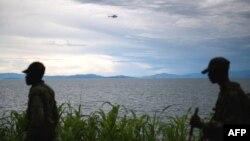 Un hélicoptère de la Monusco survole le Lac Kivu, tandis que des rebelles du M23 progressent sur la rive à Goma, RDC, 20 novembre 2012