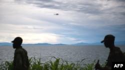 Photo d'archives : Un hélicoptère des Nations Unies survolant le lac Kivu, près de la ville de Goma, à l'est de la République démocratique du Congo, où sévissaient les rebelles du M23, 20 novembre 2012.