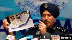 Amar Singh mostra fotografia de alguns bens confiscados