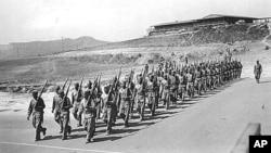 二战期间纳瓦霍密码员在加州基地出操