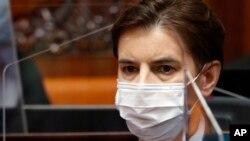 Arhiva - Premijerka Srbije Ana Brnabić nosi zaštitnu masku tokom sednice Skupštine Srbije, u Beogradu, 28. aprila 2020. (Foti: AP, Darko Vojinović)
