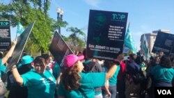 Những người biểu tình ở phía trước Tòa án Tối cao Hoa Kỳ tại Washington DC trước một phiên điều trần mang tính bước ngoặt về di trú, ngày 18 tháng 4 năm 2016.