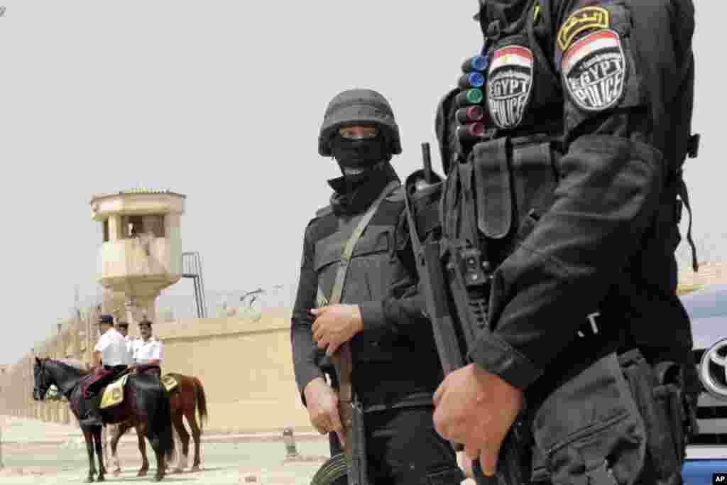 Polisi Mesir mengamankan akademi polisi nasional di Kairo, tempat pengadilan pidana menjatuhi presiden terguling Mohamed Morsi dan 12 pemimpin Ikhwanul Muslimin 20 tahun penjara atas pembunuhan para demonstran tahun 2012 (21/4).(AP/Amr Nabil)