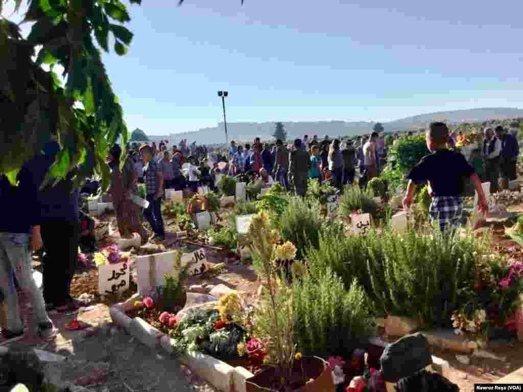Di roja yekê ya Cejna Ramazanê de gelê Efrînê serdana gorên cangorîyên Yekîneyên Parastina Gel û Jin (YPG- YPJ) û Hêzên Sûrîya Demokratîk (HSD) kirin