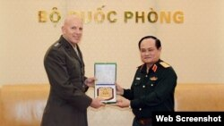 Trung tướng David Berger và Thượng tướng Nguyễn Phương Nam, Hà Nội, ngày 9/4/2018.