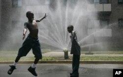 چند تن از اطفال در حومۀ واشنگتن دی سی مصروف سرد ساختن بدن شان اند.