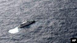 Kapal Penjaga Pantai Jepang melakukan operasi pencarian korban kecelakaan pesawat pengisian bahan bakar AS KC-130 dan jet tempur F/A-18 di Muroto, Prefektur Kochi, Jepang barat daya, Kamis, 6 Desember 2018.