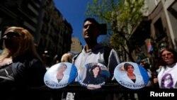 Un vendedor ofrece fotos de la presidenta Cristina Fernández, en las afueras del hospital donde estuvo internada.