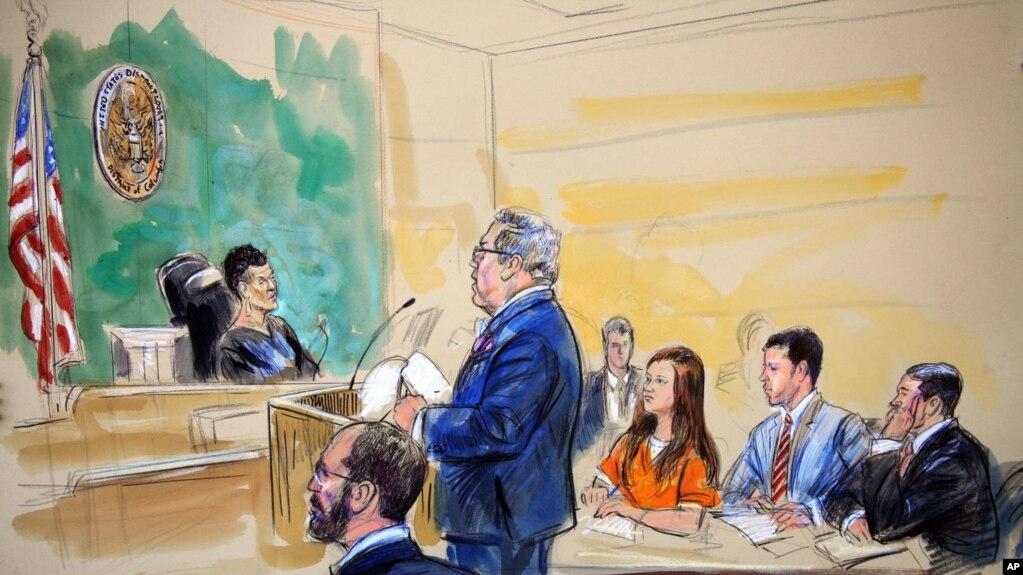 Maria Butina, cựu sinh Đại học American 29 tuổi, mặc một bộ áo liền quần màu cam của nhà tù tại tòa án và không biểu lộ cảm xúc trong khi luật sư của cô đưa ra tuyên bố không có tội.