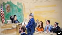 法庭素描畫顯示被控為俄羅斯代理人的布提納在法庭聽取她的律師德里斯科爾在法官面前陳情。(2018年7月18日)