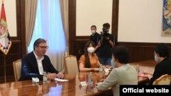 Predsednik Srbije Aleksandar Vučić tokom razgovorom sa ambasadorkom Narodne Republike Kine u Beogradu, Čen Bo, u Beogradu, 11. septembra 2020. (Foto: Sajt predsednika Srbije)