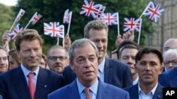 영국의 EU 탈퇴를 주장해왔던 나이절 패라지 영국독립당 대표(가운데)가 24일 런던에서 기자회견을 하고 있다.