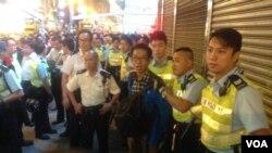 香港警方26日晚在彌敦道近亞皆老街處截查一男子(美國之音海彥拍攝)