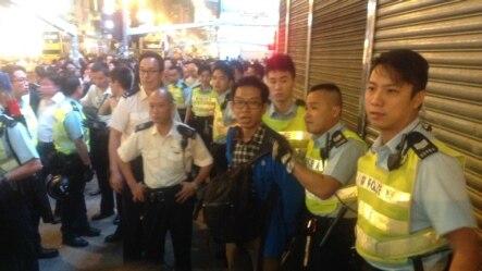 警方26日晚在弥敦道近亚皆老街处截查一男子(美国之音海彦拍摄)