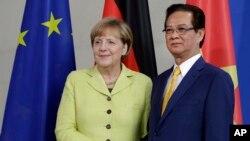 Thủ tướng Việt Nam Nguyễn Tấn Dũng và Thủ tướng Đức Angela Merkel trong cuộc họp báo chung tại Berlin, ngày 15/10/2014.