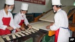 북한 강원도 문천의 식료품 공장에서 세계식량계획의 지원으로 영양비스킷을 생산하고 있다. (자료사진)