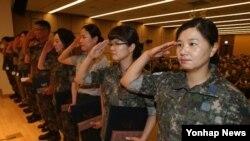 4일 서울 용산구 국방컨벤션에서 열린 '여군 창설 제65주년 기념식에서 안영애 소령(맨 오른쪽) 등 국방여성 정책 근무유공자들이 표창장을 받은 뒤 경례하고 있다.