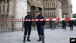 21일 자살사건이 일어난 프랑스 파리 노트르담 성당 앞에서 경찰이 출입을 통제하고 있다.