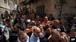 3月29日在耶路撒冷的老城,基督徒崇拜者背着十字架向圣墓教堂行进