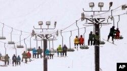 Esquiadores y surfeadores son llevados montaña arriba en Snoqualmie Pass, estado de Washington