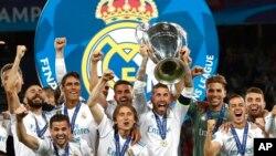 지난 5월 우크라이나 키예프에서 열린 유럽 프로축구 'UEFA 챔피언스리그' 결승전에서 우승한 레알 마드리드 선수들이 기념 촬영을 하고 있다.