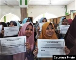 Lebih dari empat ratus santri dan santriwati mendukung pengesahan RUU P-KS dalam deklarasi di Pesantren Kebon Jambu, Cirebon, Jawa Barat. (Courtesy Koalisi Perempuan Indonesia)