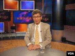 美国加州克莱蒙特•麦克纳学院教授裴敏欣参加美国之音节目(2010年1月2日,美国之音拍摄)