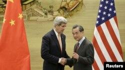 美國國務卿克里(左)和中國外長王毅(右)在北京聯合召開新聞發布會。