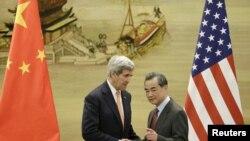 Menteri Luar Negeri China Wang Yi (kanan) dan Menteri Luar Negeri AS John Kerry di Beijing, China (27/1).