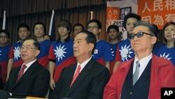 台灣親民黨主席宋楚瑜(中)11月1日在公布連署結果記者上