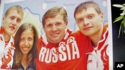 著名競走教練喬金(中)和他訓練的競走金牌得主