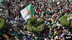 Des manifestants algériens scandent des slogans et brandissent des drapeaux nationaux dans les rues de la capitale, Alger, le 26e vendredi consécutif de manifestations du 16 aout 2019.