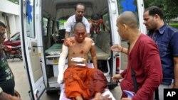 一名受傷僧侶接受救援