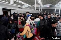 2020年1月10日春運期間石家莊火車站大批乘客上下車的景象。