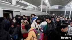 大批旅客1月10日春运期间在石家庄火车站上下车。