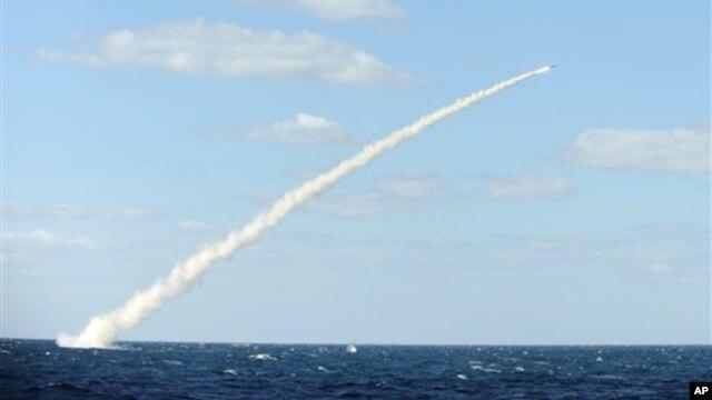 Menteri Pertahanan Korsel merilis foto uji coba peluncuran rudal dari kapal militer (14/2/2013). Rudal yang memiliki akurasi tinggi itu dimaksudkan untuk mencegah serangan rudal Korut.