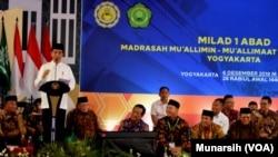 Presiden Joko Widodo menghadiri resepsi peringatan satu abad Madrasah Mu'allimin dan Mu'allimat Muhammadiyah Yogyakarta, Kamis (6/12). (Foto: VOA/Munarsih Sahana)