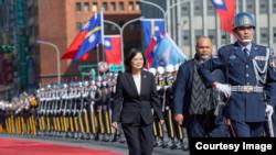 台湾总统蔡英文2019年12月13日以军礼欢迎来访的瑙鲁总统安格明(台湾总统府提供)