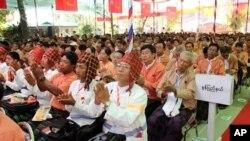 Anggota partai Liga Nasional untuk Demokrasi (NLD) bertepuk tangan saat dimulainya kongres pertama yang digelar di Restoran Royal Rose di Rangun, Burma (8/3).