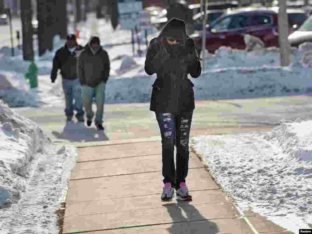 بوسٹن، نیویارک اور واشنگٹن میں منگل کو درجہ حرارت منفی 10 ڈگری سینٹی گریڈ تک گرنے کا امکان ہے جب کہ یخ بستہ ہواؤں سے ٹھنڈ نا قابل برداشت حد تک بڑھ چکی ہے۔