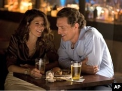 "Maggie McPherson (Marisa Tomei) and Mick Halle (Matthew McConaughey) in a scene from ""The Lincoln Lawyer"""