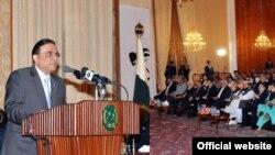 اسلام آباد میں اتوار کو جنوبی ایشائی ملکوں کے صحافیوں کی نمائندہ تنظیم 'سیفما' کی کانفرنس سے صدر آصف علی زرداری خطاب کر رہے ہیں
