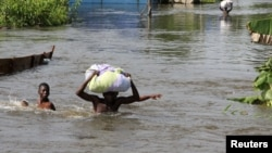 Lũ lụt ngập nhà, người dân Nigeria phải sơ tán