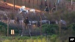 Tentara Israel melakukan patroli di dekat perbatasan dengan Lebanon, Rabu (28/1).