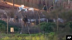 28일 이스라엘-레바논 국경지역에서 이스라엘 군인들이 헤즈볼라의 미사일 공격을 받은 군용 차량을 살펴보고 있다.
